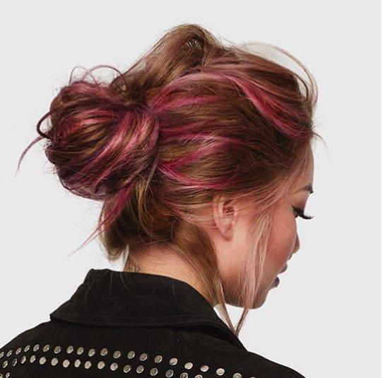 розовые пряди на русых волосах
